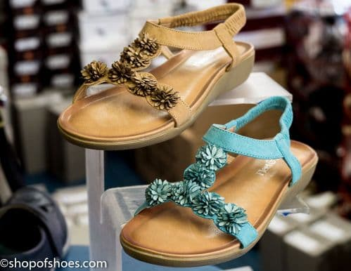 Comfortable flat elasticated sandal with ruched flower design