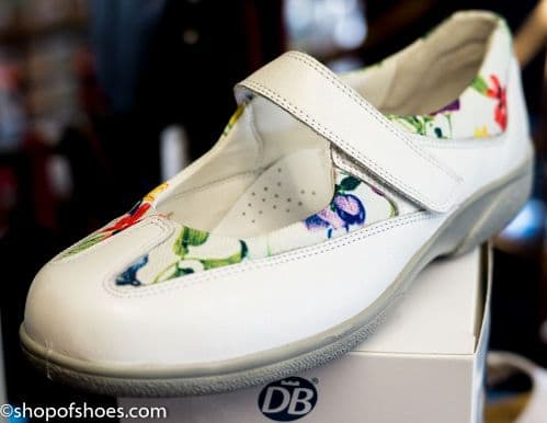 Very pretty EE-4E 2V variable fit white sporty floral activity shoe