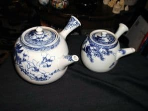 2 X BLUE WHITE ORIENTAL BOLD DESIGN SIDE HANDLE TEAPOTS 1 WITH STRAINER