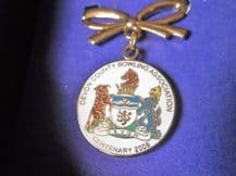 COLLECTABLE GOLD TONE BOW BROOCH WITH DROP ENAMEL DEVON BOWLING 2008 MEDAL