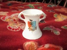 COLLECTABLE VINTAGE CRESTED WARE SMALL GILDED TWO HANDLE VASE SOUTHSEA