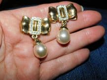 ELEGANT EARRINGS GOLD TONE LARGE BOW & SPARKLE CENTRE + DANGLE FAUX PEARL PIERCE