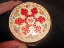 VINTAGE GOLD TONE STRATTON COMPACT WITH MIRROR & POWDER & PUFF FLORAL DESIGN