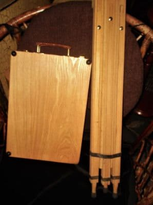 WOODEN ARTISTS CASE WITH WINSOR NEWTON EASEL STAND & 12 TUBES OF PAINT & EXTRAS